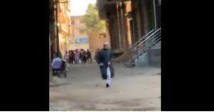 """فيديو .. لحظة فرار """"شيخ"""" قرر إقامة صلاة العيد في مصر"""