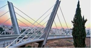 الامن يثني فتاة حاولت الانتحار من اعلى جسر عبدون