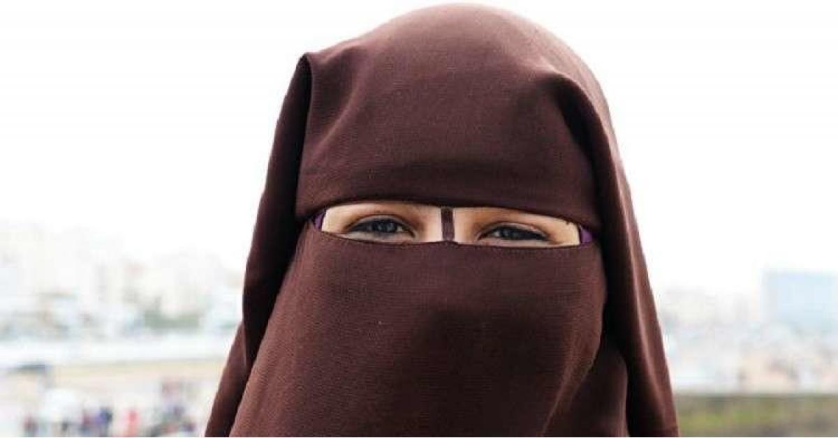 ضبط شخص ارتدى ملابس نسائية لتأدية امتحان توجيهي