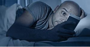 كيف يضر الضوء الأزرق للهاتف والكمبيوتر المحمول بصحتك؟