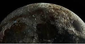حل لغز المادة الخضراء الغريبة على سطح القمر