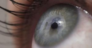 طفل ينجو من العمى بعد أن اخترق مسمار عينه