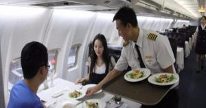 أطعمة لا تتناولها داخل الطائرة