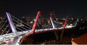 إنارة جسر عبدون بألوان العلم اللبناني