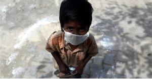 طفل يلجأ لتناول علف الحيوانات بعد تجويعه على يد والده وزوجاته الثلاث