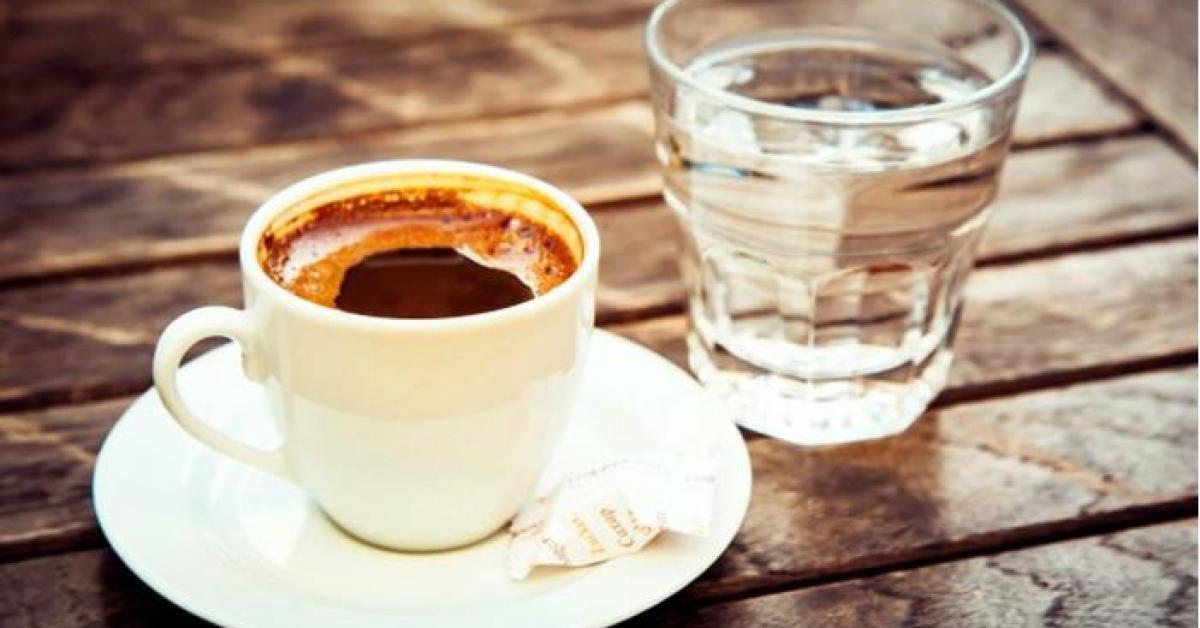 ما هو سر تقديم كوب ماء مع فنجان القهوة؟
