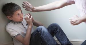 نكاية بزوجته .. تجرد من مشاعر الابوة وعذب أطفاله