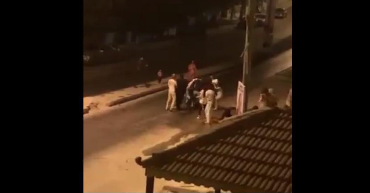 """بالفيديو .. """"طوشة السطل"""" في الجبيهة أثناء الحظر الشامل تُثير مواقع التواصل الاجتماعي الأردنية"""