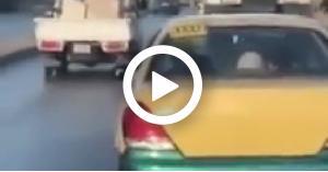 """بعد اللانسر .. شاب وفتاة يتبادلون القبل داخل """"التكسي"""" في العاصمة عمان.. فيديو"""