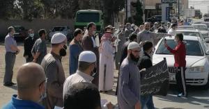 وقفة رافضة تعليق صلاة الجمعة - صور