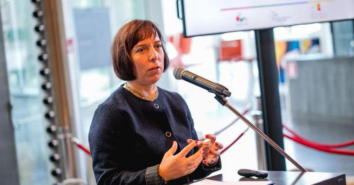 وزيرة إستونية تعترف باستخدام سيارة الحكومة لتوصيل أبنائها وتستقيل