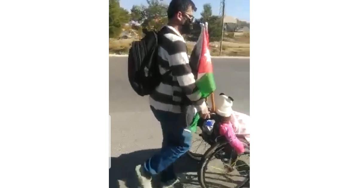 مواطن يخرج من إربد لعمان سيراً على الأقدام للحصول على علاج لابنته