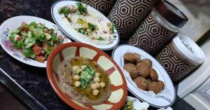 الأردنيون يقبلون على المطاعم بعد الغاء حظر الجمعة