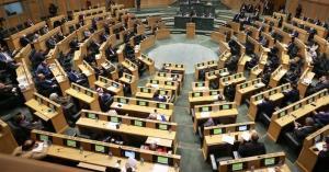 السياحة النيابية تطالب بإعفاء المنشآت من رسوم التراخيص وتصاريح العمل