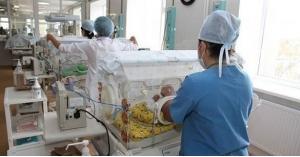 أطباء يعلنون وفاة طفلة بالخطأ ويضعوها في الثلاجة وهي حية