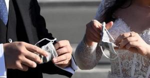 العريس هبط بطائرة .. ضبط 300 شخص شاركوا بحفل زفاف