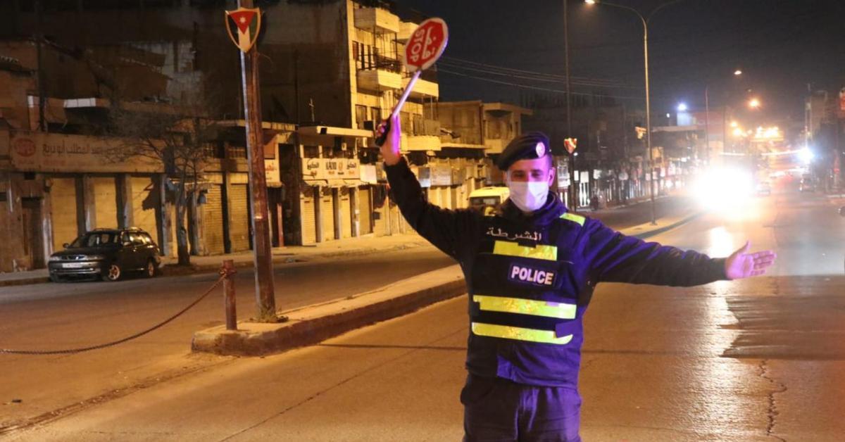 نشامى الأمن العام خلال الحظر.. عيون تحمي وتحرس وسواعد تعين المواطنين (صور)