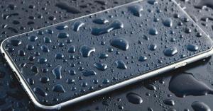 ما الإجراءات التي يجب القيام بها عند تعرض هاتفك للبلل؟