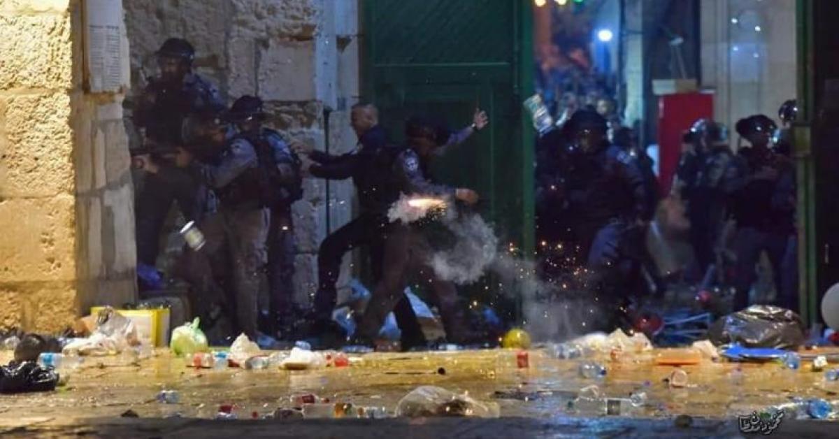اصابات بإعتداء الاحتلال على الفلسطينيين في الأقصى