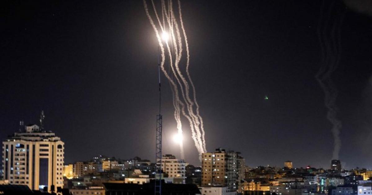 كتائب القسام تطلق عشرات الصواريخ على تل أبيب وضواحيها
