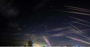 رشقة صاروخية كبيرة من غزة نحو تل أبيب