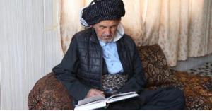مسن عراقي يتعلم القراءة في عمر الـ 83