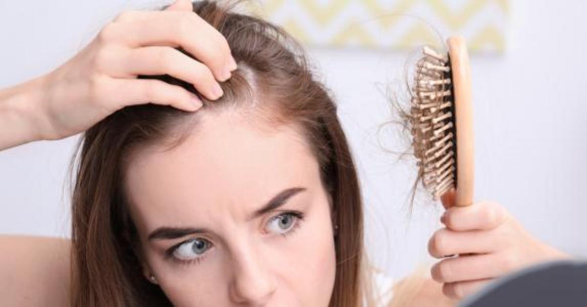 أسباب تساقط الشعر عند النساء .. قد تكون مرضية تستدعي العلاج