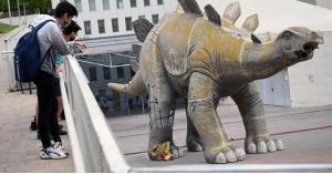 العثور على جثة رجل داخل تمثال ديناصور !