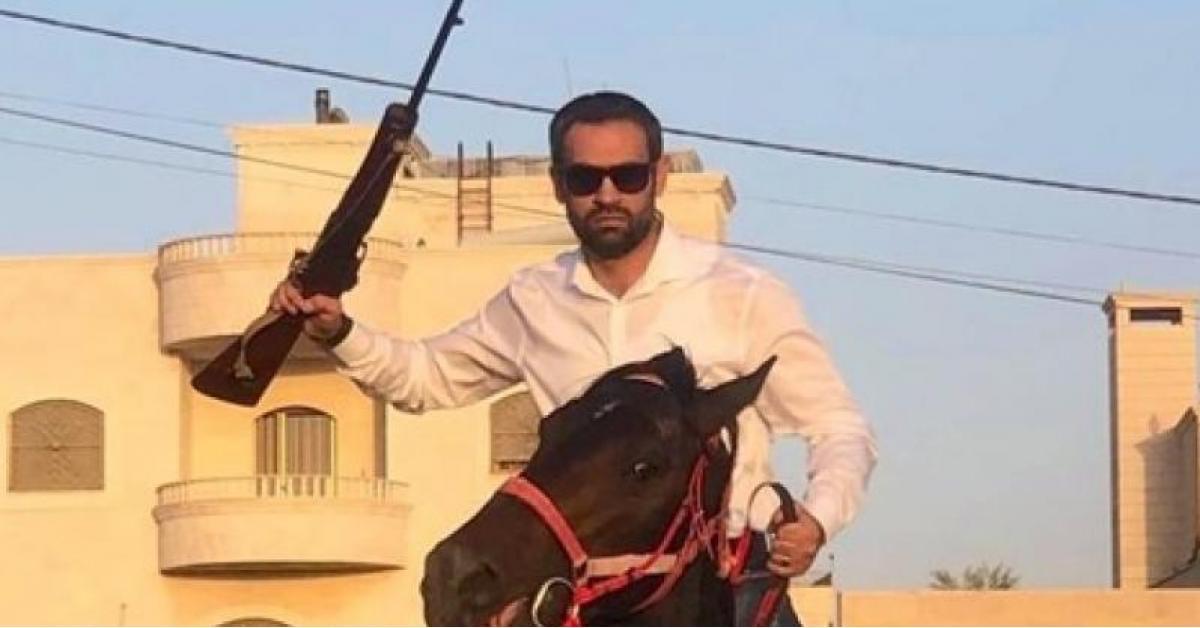 العجارمة يظهر على متن حصان ورافعا بندقية