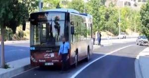حادث تصادم بين الباص السريع ومركبة.. صورة
