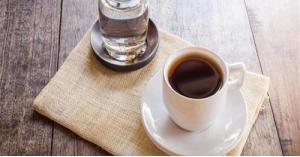 ما سر تقديم كوب الماء مع فنجان القهوة؟