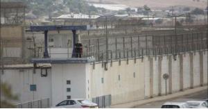 أسير فلسطيني يرشق سجّانه بماء مغلي بسجن جلبوع - فيديو