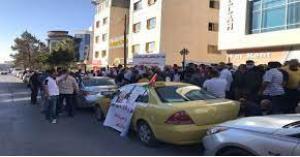 سائقو التاكسي الأصفر ينفذون وقفة احتجاجية أمام وزارة النقل