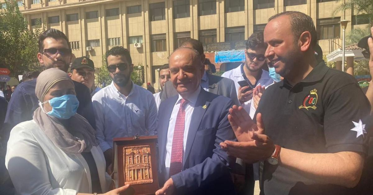 السفير العضايلة يفتتح معرضاً في جامعة القاهرة بمناسبة مئوية الدولة.. صور