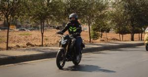 ياسمين قدورة أول فتاة أردنية تقود الدراجات النارية داخل الحلبات.. صور