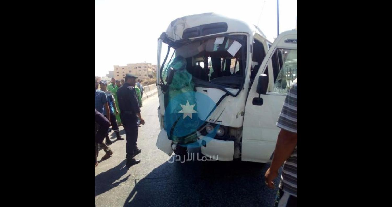 وقع صباح اليوم الاربعاء حادث تصادم بين مركبة صغيرة مع حافلة نقل ركاب على طريق اوتستراد الزرقاء عمان