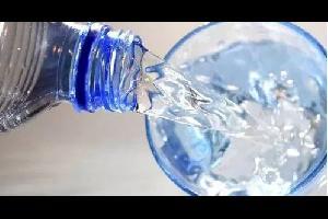 ينصح الناس في العادة بشرب الماء قبل تناول الطعام، على اعتبار أن ذلك يملأ المعدة ويمنح إحساسا بالشبع، لكنهم يحذرون من الشرب وسط الأكل أو بعده