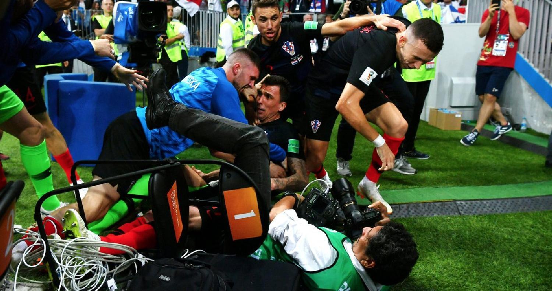 المنتخب الكرواتي يطيح بمصور صحفي
