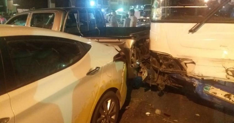 ٧ إصابات بتدهور حافلة نقل عام في العاصمة (صور)