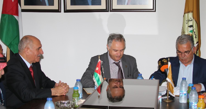 جامعة الحسين توقع اتفاقية لتوليد الكهرباء بالطاقة المتجددة