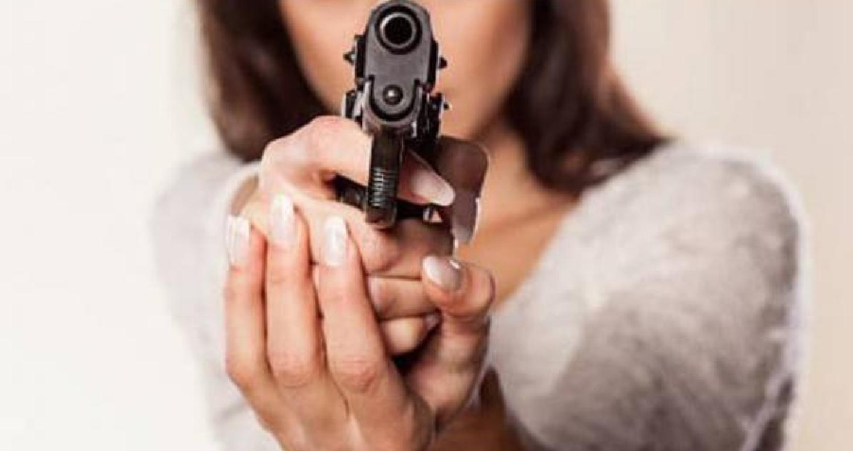 توقيف سيدة اشهرت سلاحها داخل المحكمة اسبوعاً