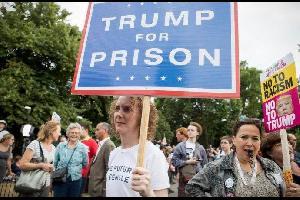 مظاهرات حاشدة بلندن احتجاجا على زيارة الرئيس الأميركي