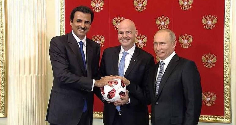 أمير قطر يتسلم راية المونديال