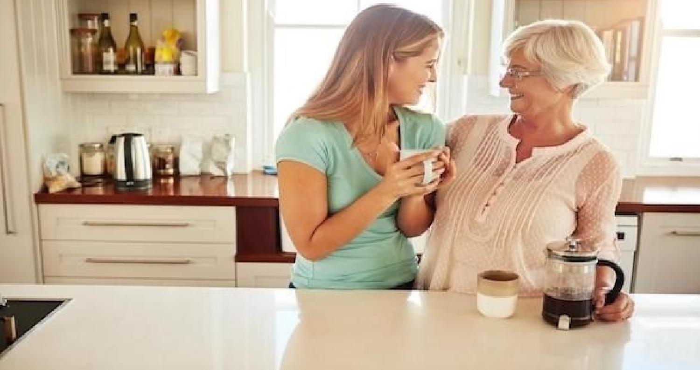 إشارات يجب أن ترسلها الزوجة لحماتها لتنعم بعلاقة ودية معها