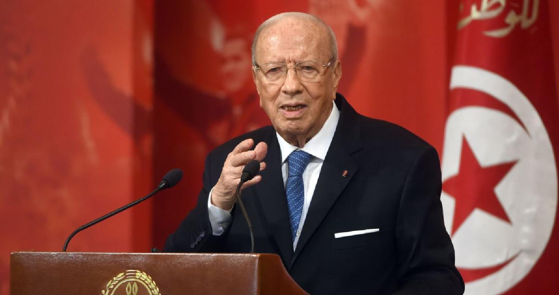 صراع مع نجل السبسي قد يطيح برئيس الحكومة في تونس