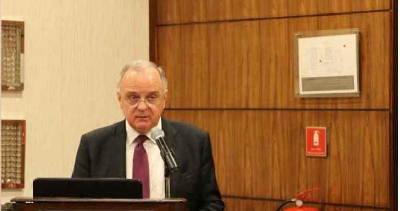 وزير العمل يغادر الى قطر