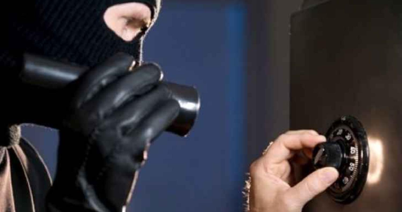 تمكنت كوادر البحث الجنائي ، الثلاثاء، من القبض على شخص قام بسرقة قاصة حديدية تحوي مبلغ ١٨ الف دينار من احد المطاعم في محافظة الزرقاء