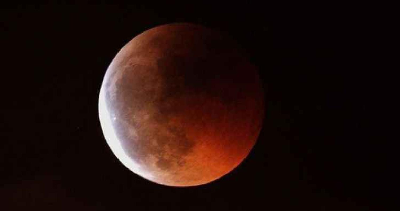 تكون سماء المملكة، في الـ 27 من شهر تموز الجاري، ظاهرة فلكية نادرة، حيث ستشهد الأرض أطول خسوف للقمر ، كما ستشهد الليلة ذاتها تقابل كوكب المريخ