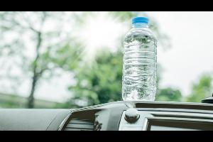 ترك قارورة ماء بداخل السيارة يبدو أمرا عاديا ومعتادا. ولكن في يوم صيف حار، ربما يحدث ما لا تحمد عقباه حيث يمكن للبلاستيك أن يعمل كعدسة، تركز الضوء لي