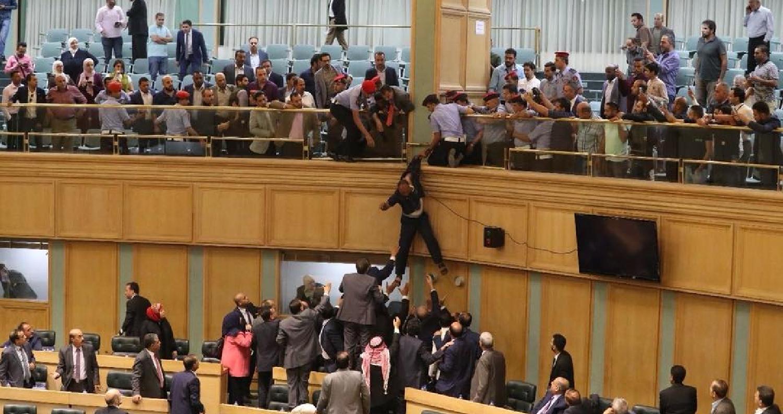 أقدم مواطن، مساء الخميس، على الانتحار من شرفات مجلس النواب أثناء التصويت على الثقة، بحضور أعضاء المجلس وحكومة الدكتور عمر الرزاز.